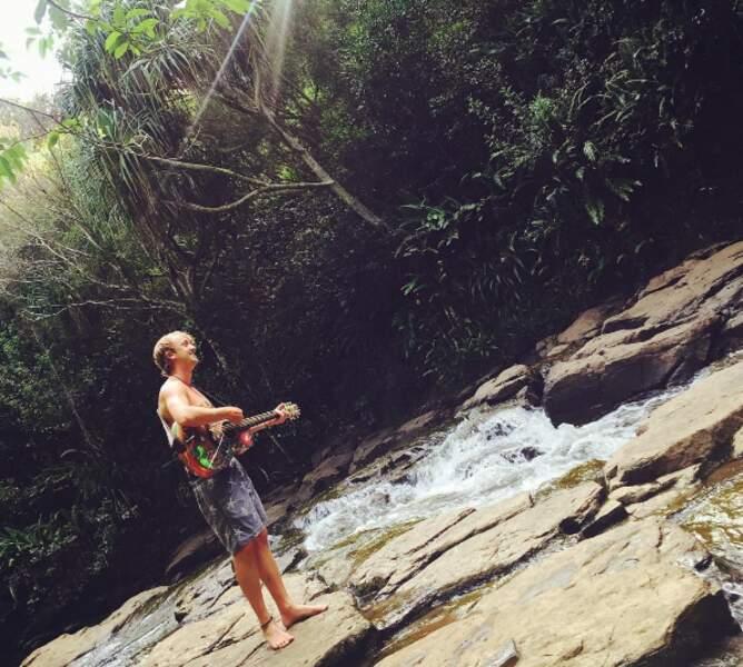 La jungle, un cours d'eau, une guitare = les vacances de Tom Felton (Harry Potter).