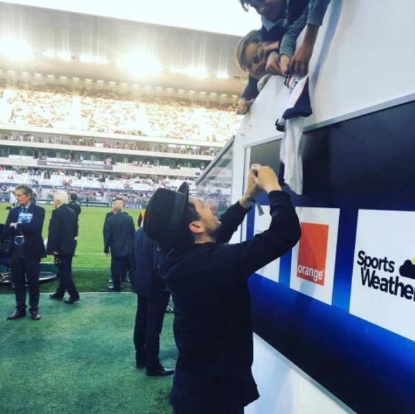 Pendant ce temps-là, Kev Adams signait des autographes au stade de Bordeaux.