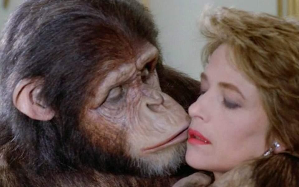 Avec un primate (ter) : Charlotte Rampling et un chimpanzé dans Max, mon amour (1985)