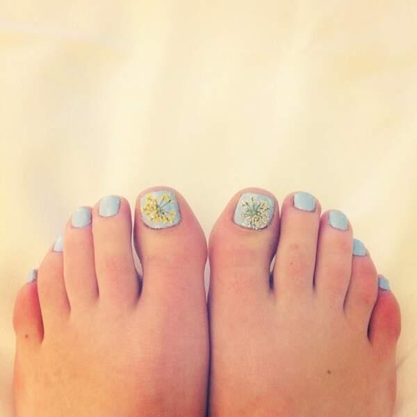 Lucy Hale prend aussi soin de ses pieds et s'amuse à faire des petits dessins sur ses ongles.