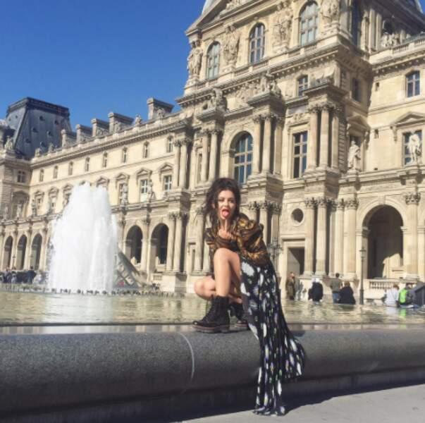Classe et volupté pour Charlie XCX au Louvre.