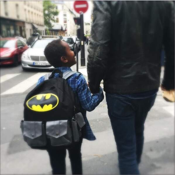 Pour la rentrée, Surifel, le fils adoptif d'Emmanuelle Béart s'est transformé en Batman