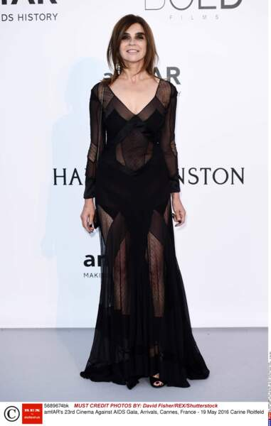 Robe noire et transparente pour la Française Carine Roitfeld