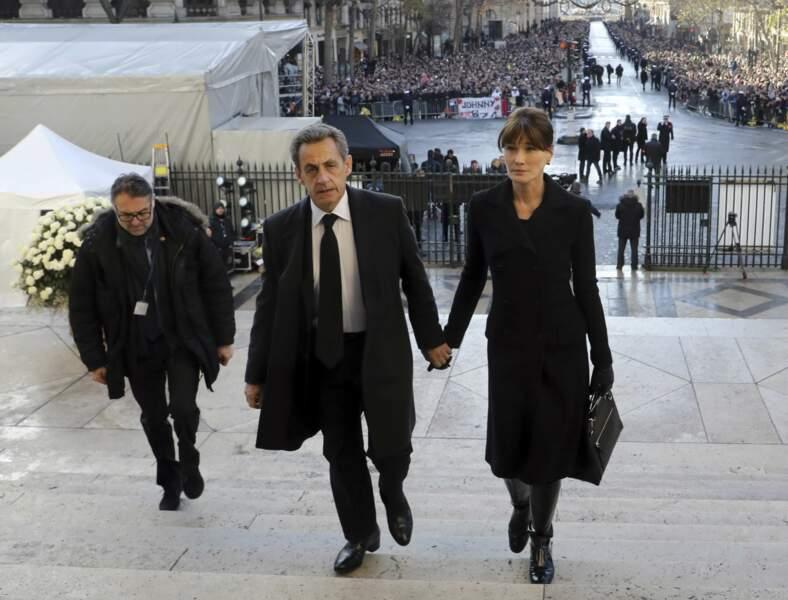 L'ancien Président de la République Nicolas Sarkozy arrive avec son épouse, la chanteuse Carla Bruni.