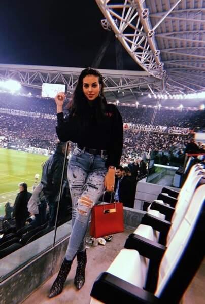 Le jean déchiré et les bottines en cuire pour aller au stade, vraiment ?