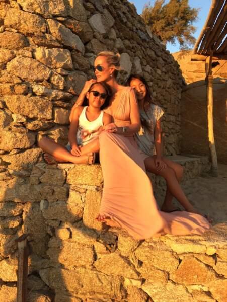 Laeticia Hallyday et ses filles Joy et Jade ont profité du coucher de soleil.