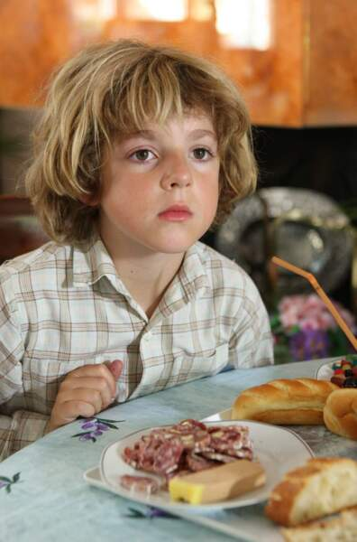 Son demi-frère, c'est Eliott (Lilian Dugois), le fils de Valérie et Denis. Le voici, tout jeune, dans la saison 1
