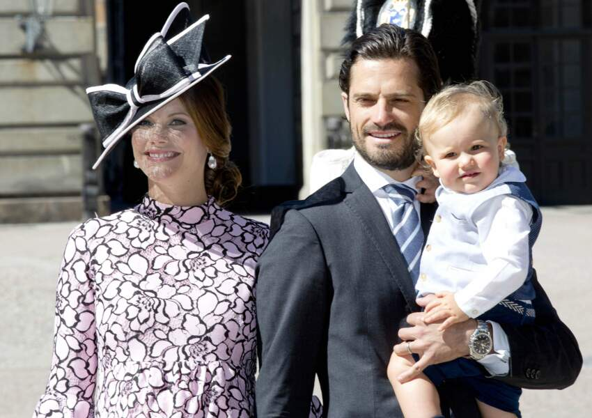 Le prince Carl Philip est aux petits soins avec sa femme, la princesse Sofia enceinte, et le petit prince Alexander