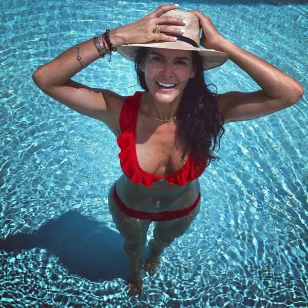 Angie Harmon est prudente, elle garde son couvre-chef pour se baigner