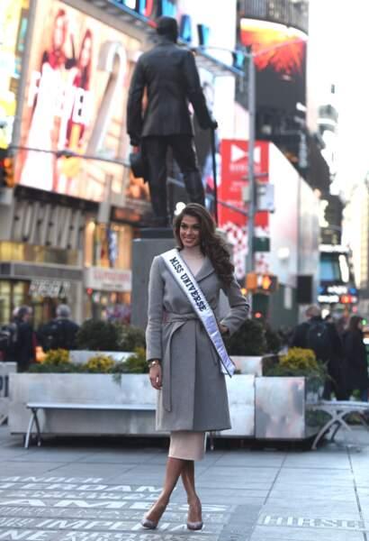 Iris Mittenaere prend la pose à Times Square