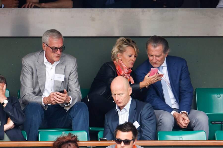 Attention Sophie, l'ex-chancelier allemand Gerhard Schröder regarde par-dessus ton épaule...