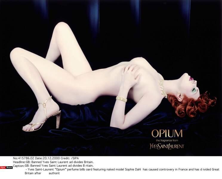 """Benicio n'est pas resté insensible à cette beauté : Sophie Dahl, égérie du parfum """"Opium"""" de YSL en 2001"""