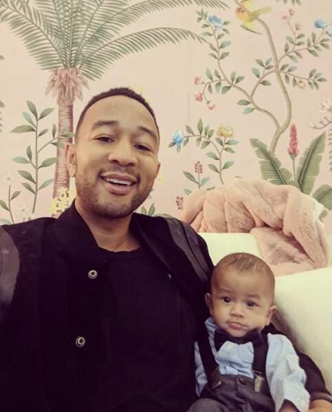 Le petit Miles ressemble de plus en plus à son papa John Legend.