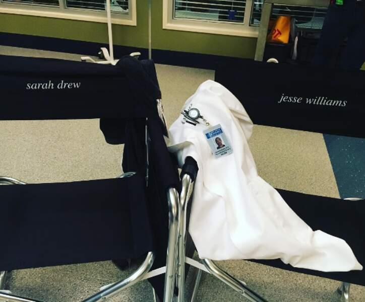 Oh les chaises de Sarah Drew et Jesse Williams !