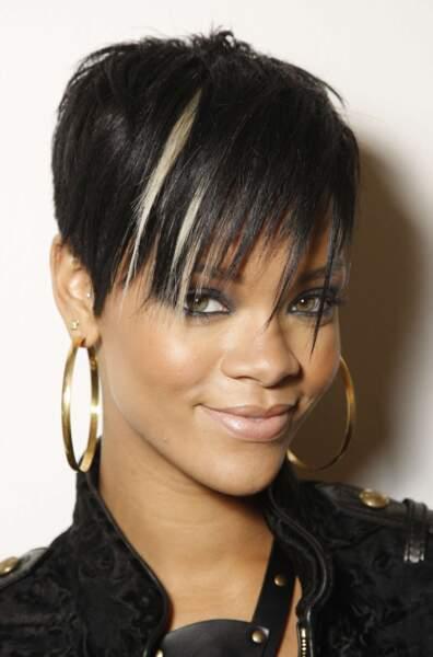 """2008 : Rihanna arbore un look plus dark et rock. Comme l'annonce son 3e album, """"la gentille fille a vrillé"""" !"""