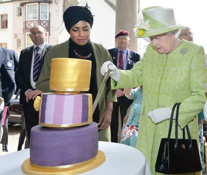 Mais surtout de couper le gâteau préparé par Nadiya Hussain, gagnante de l'émission British Great Bake Off