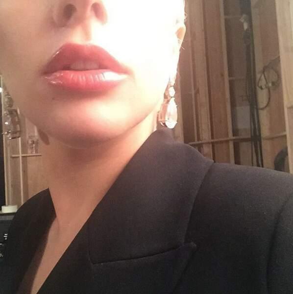 Attention, selfies : Lady Gaga adore son rouge à lèvres.