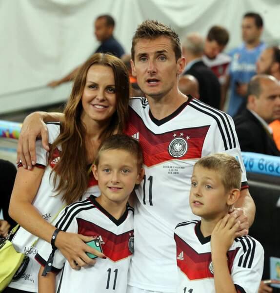 Toute la famille réunie autour du champion du monde.