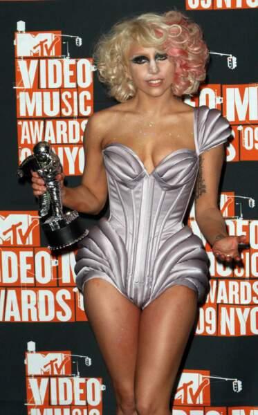 Aux MTV Video Music Awards de 2009, elle réinvente la coupe Marilyn Monroe ... et invente le nez ultra poudré