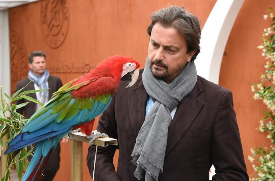 Henri Leconte a plein de copains ! Le perroquet du village VIP…