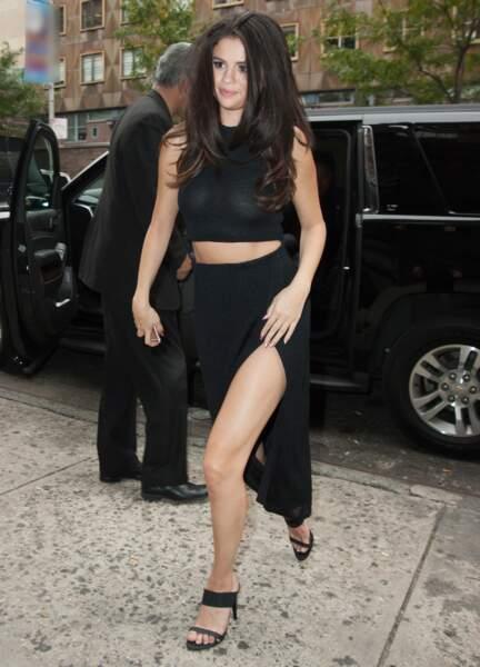 Pas de soutien-gorge et une jupe fendue pour Selena Gomez