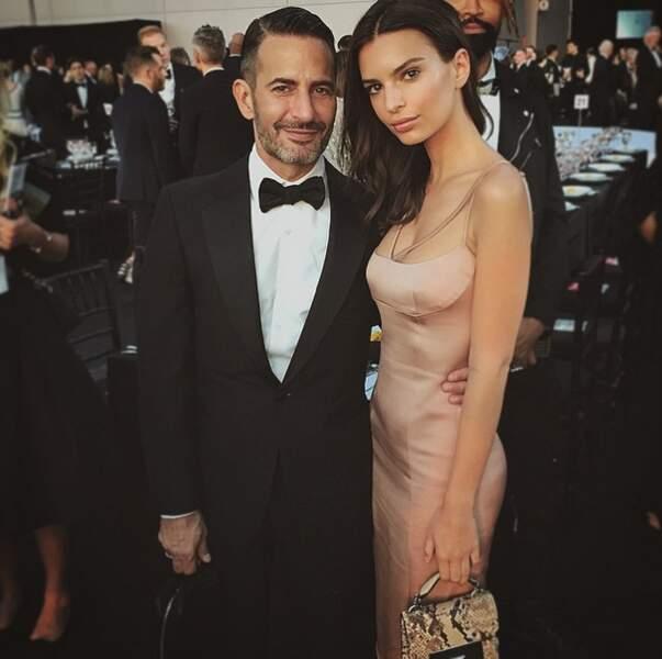 Nouveau look très sobre pour Emily Ratajkowski, toujours à Cannes.