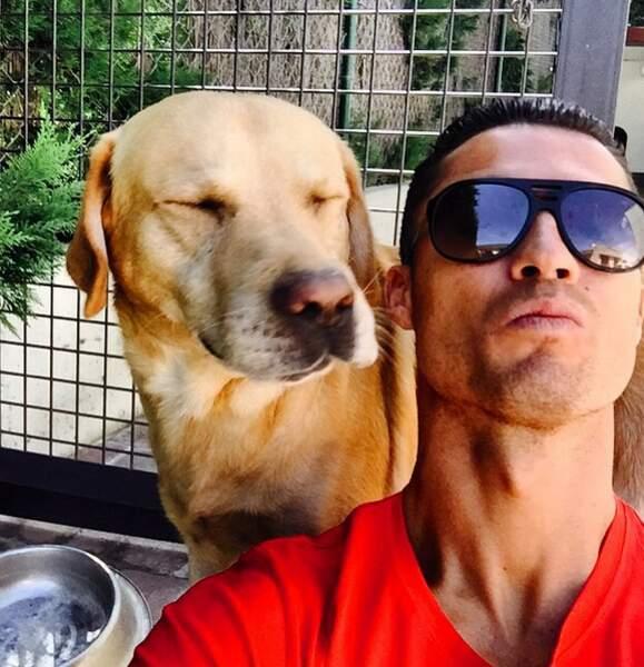 Puisqu'on vous le dit que le selfie avec chien est tendance : Cristiano Ronaldo s'y met également !