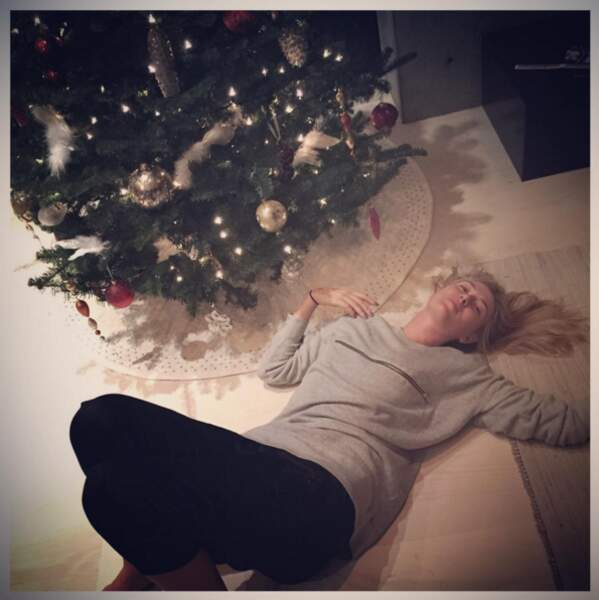 Maria Sharapova à côté de son arbre de Noël décoré