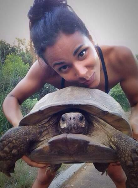 Shy'm (et une tortue) en mode baroudeuse. Et toujours bonne mine !