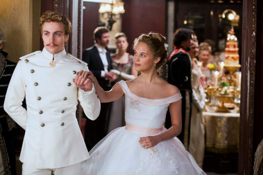 Robe à froufrou toujours dans Anna Karerine de Joe Wright (2012)