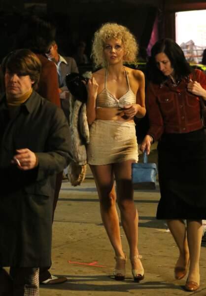 Mini-jupe, soutien gorge, perruque blonde... Un style bien différent de l'actrice