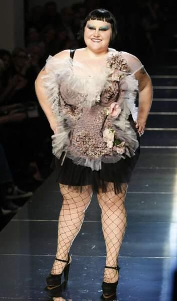 Transformée en modèle le temps d'un défilé, Beth Ditto, du goupe Gossip, a aussi poussé la chansonnette en 2010