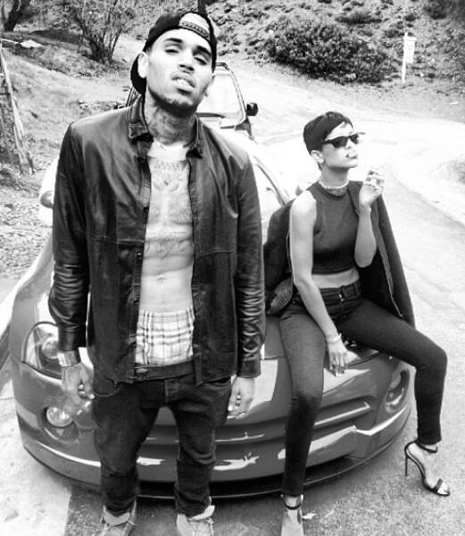 Rihanna et Chris Brown tapent la pose ! (Nabilla et Ayem sont dans le coffre ?)