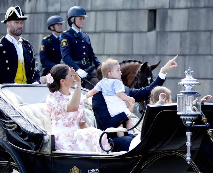 La princesse Victoria, le prince Daniel et leurs deux enfants Estelle et Oscar font un petit tour en ca