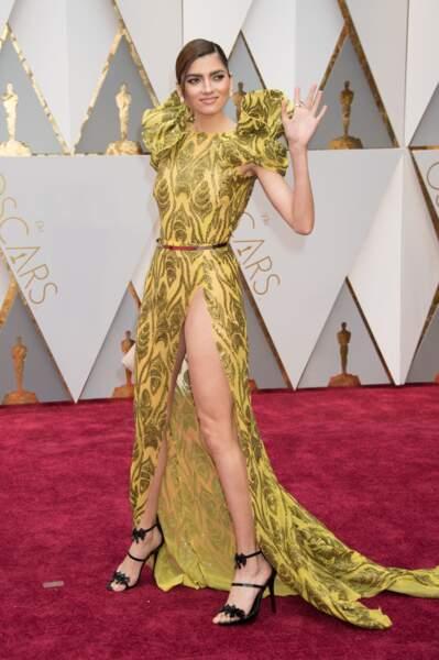 Sa robe jaune (trop) fendue lui a causé quelques soucis d'ordre technique...