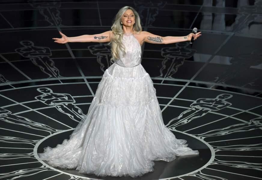 Sur scène, elle apparait assagie dans une jolie robe blanche