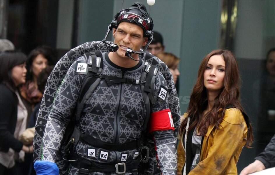 Alan Ritchson avec sa carapace sur le tournage du film