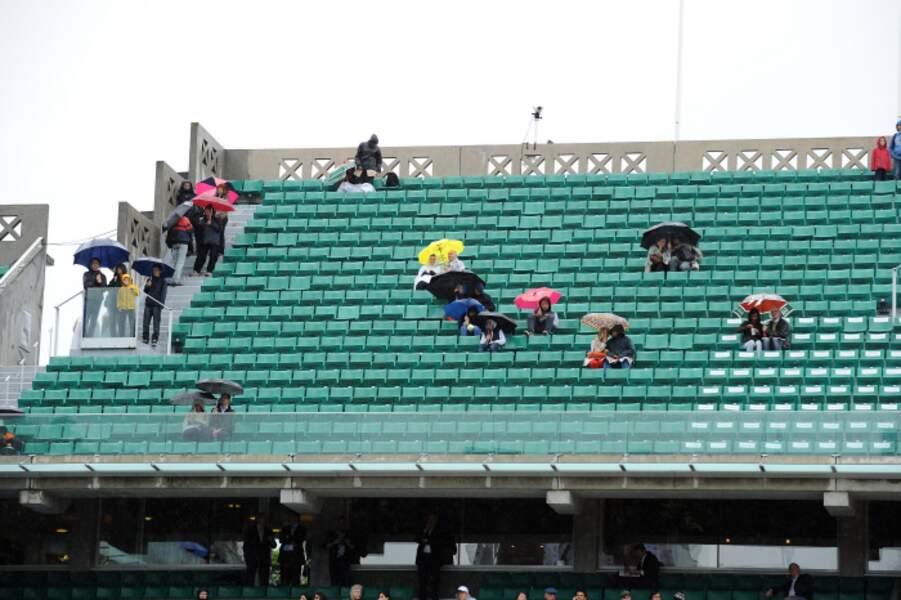 Bonus. Les gens qui ne quittent pas les tribunes même quand il pleut. Bah oui, ils ont payé, ils restent !