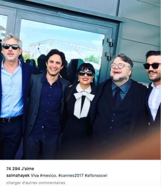 Salma Hayek pose avec ses amis mexicains, entre Gael Garcia Bernal et Alfonso Cuaron