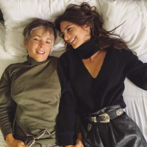 Mais quand on est grand, on aussi le droit de poser avec sa maman. La preuve avec Emily Ratajkowski...
