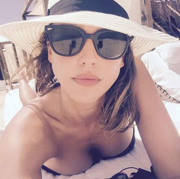 Le soleil, un transat et la mer, pour Jessica Alba c'est le paradis