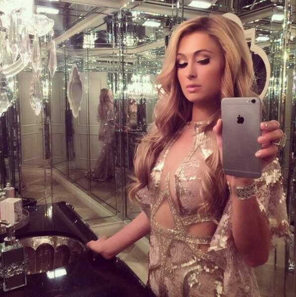 On continue avec Paris Hilton, qui ne lâche jamais son téléphone,