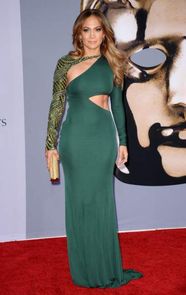 Aux BAFTA 2011, elle portait une robe verte Emilio Pucci qui laissait entrevoir certaines parties de son corps.