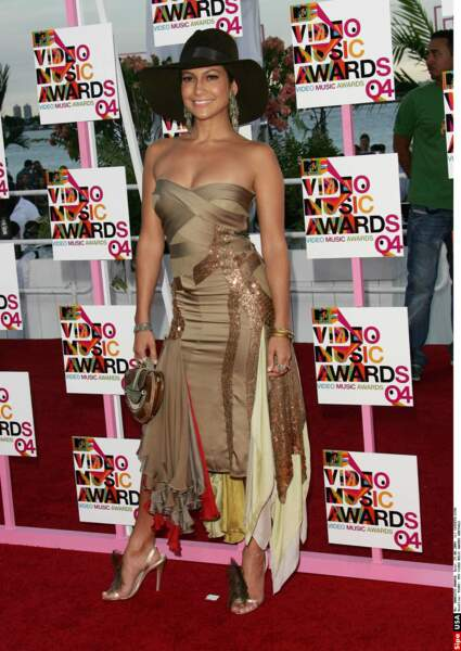 Aux MTV Video Music Awards, Jennifer lopez portait une robe bustier façon patchwork surmonté d'un chapeau capeline.