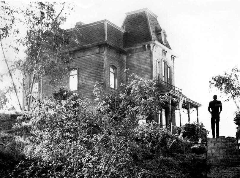 Le sinistre motel de Psychose (1960) avec la silhouette de Norman Bates