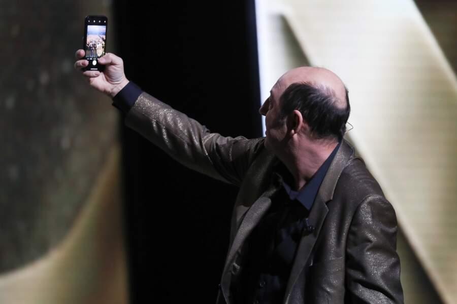 Kad Merad tente de recréer le selfie réalisé par Ellen DeGeneres lors des Oscars...