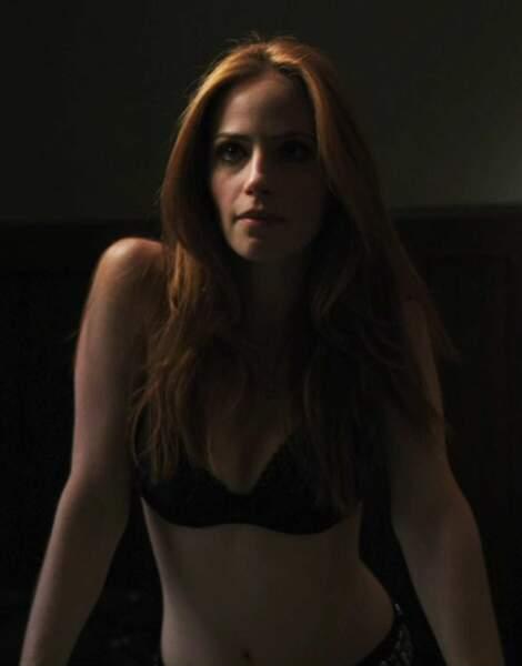 Le côté bestial du loup-garou n'empêche pas Angelina (Jaime Ray Newman) dans Grimm d'être sexy et féminine.
