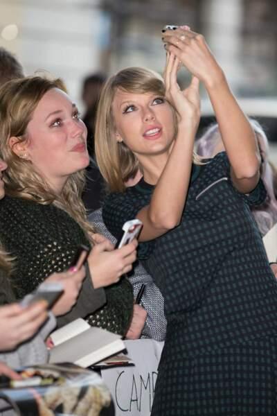 Très proches de leurs fans, les stars ne disent jamais non à un petit selfie ! Voici Taylor Swift en action !
