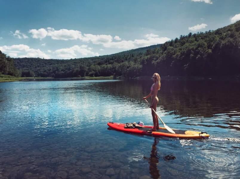 Et pas besoin d'aller à la mer : on peut aussi faire du paddle sur un lac, comme la mannequin Martha Hunt.