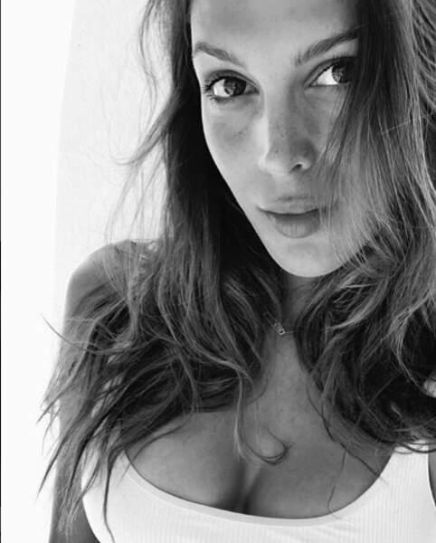 Quant à Iris Mittenaere, elle partage un joli selfie depuis la Grèce !